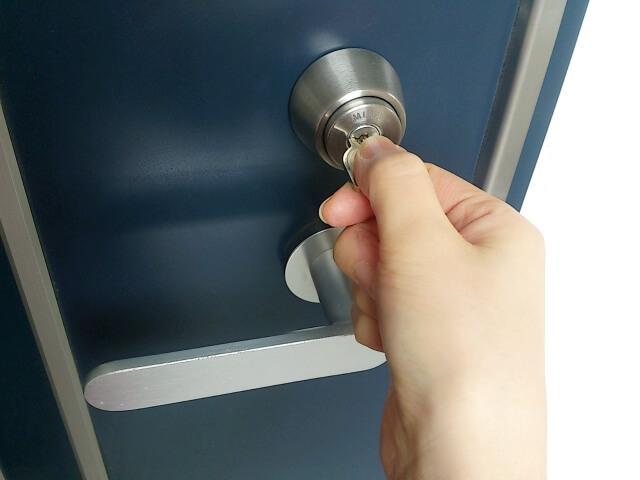 ドアに鍵をかけている